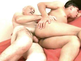 un vieillard &agrave grosse queue se fait sucer et encule un jeune avant de se faire avaler son sperme avec les doigts