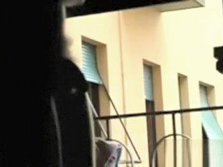 Assieme all'amica mi spiano dal balcone